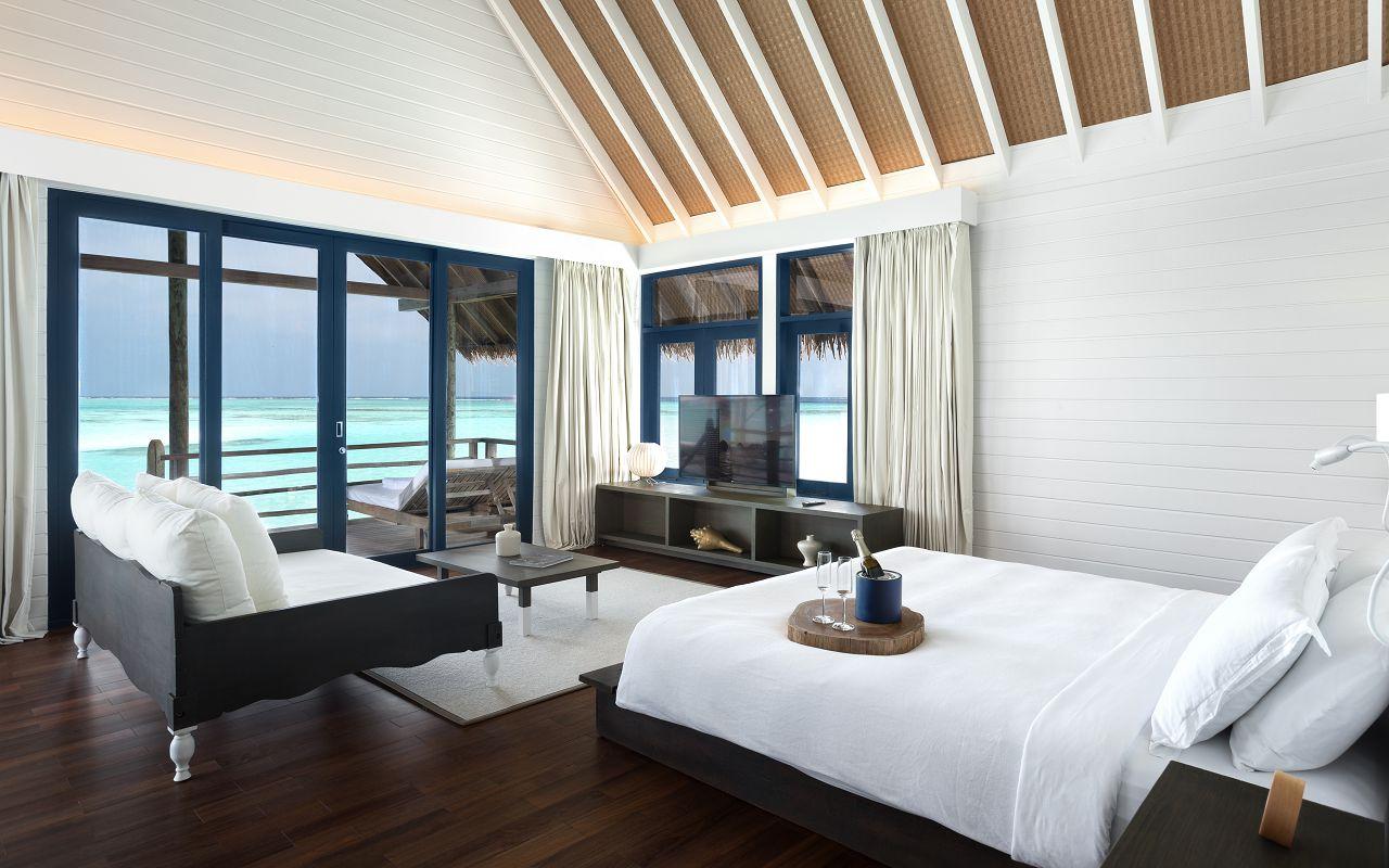 LS 20 COMO Water Villa_Bedroom_Queen size bed