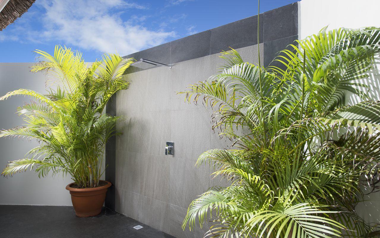 New water bungalow outsideshower - Kopie -