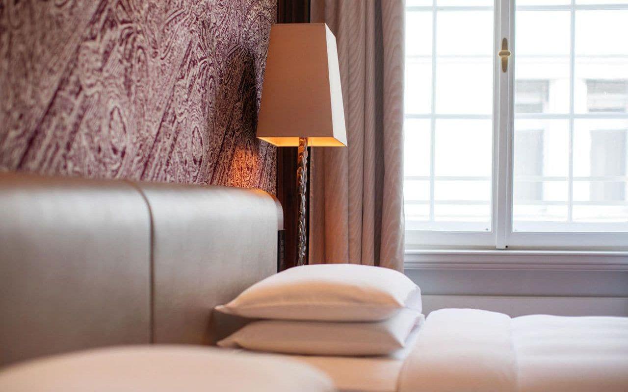 Park-Hyatt-Vienna-P819-Park-Suite-Bed.16x9.adapt.1280.720