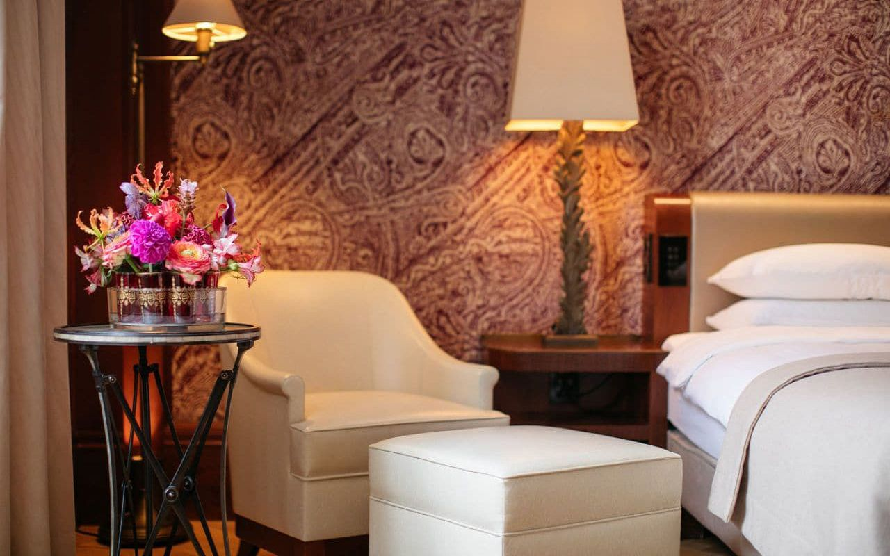 Park-Hyatt-Vienna-P833-Ambassador-Suite-Bed.16x9.adapt.1280.720