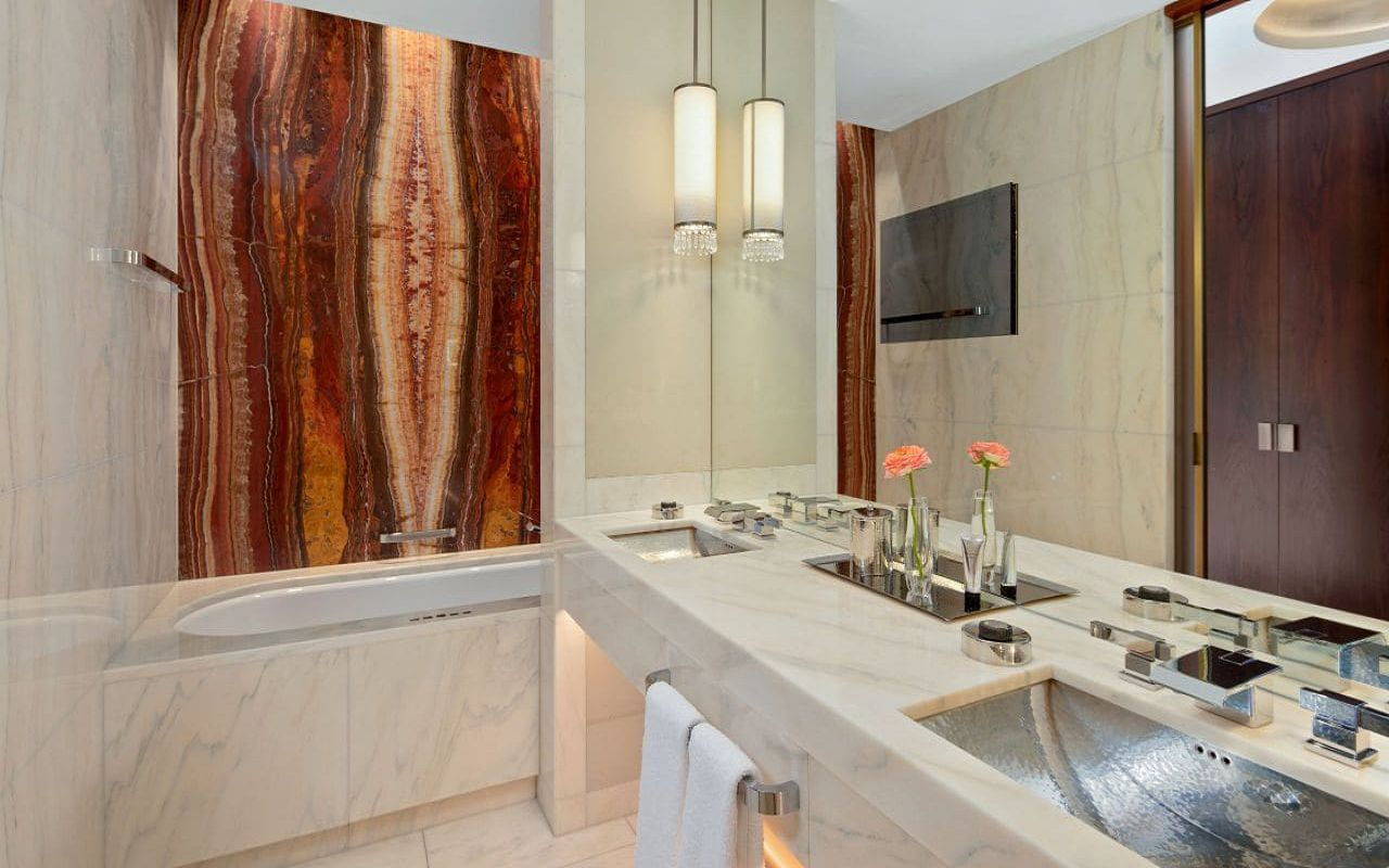 Park-Hyatt-Vienna-P856-King-Bed-Bathroom.16x9.adapt.1280.720