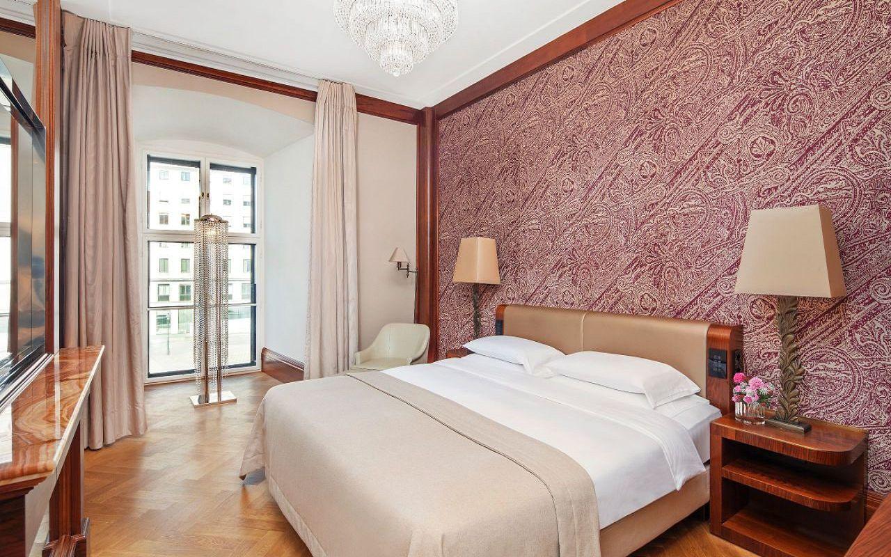 Park-Hyatt-Vienna-P878-Ambassador-Suite-Bedroom-with-Window.16x9.adapt.1280.720
