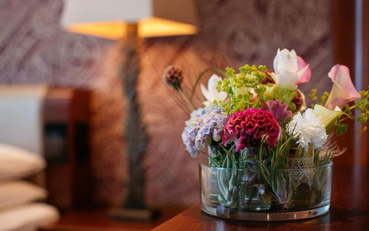 Park-Hyatt-Vienna-P884-King-Bed-Flowers.16x9.adapt.1280.720