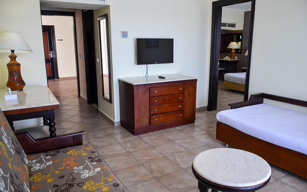 Parrotel Aqua Park Resort_familyroom_02-min
