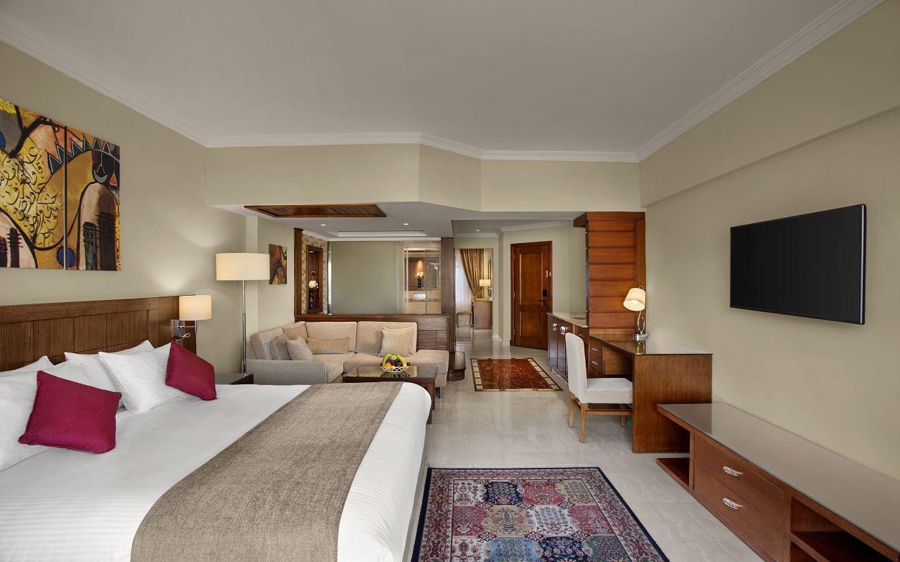 Premium Jacuzzi Suite with Pool View 03