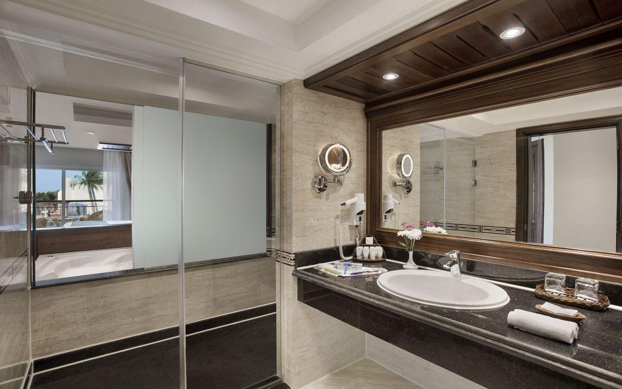 Premium Jacuzzi Suite with Pool View 05
