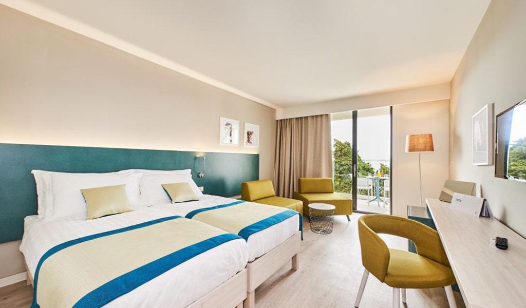 Premium_Family_room_balcony_sea_view2-min