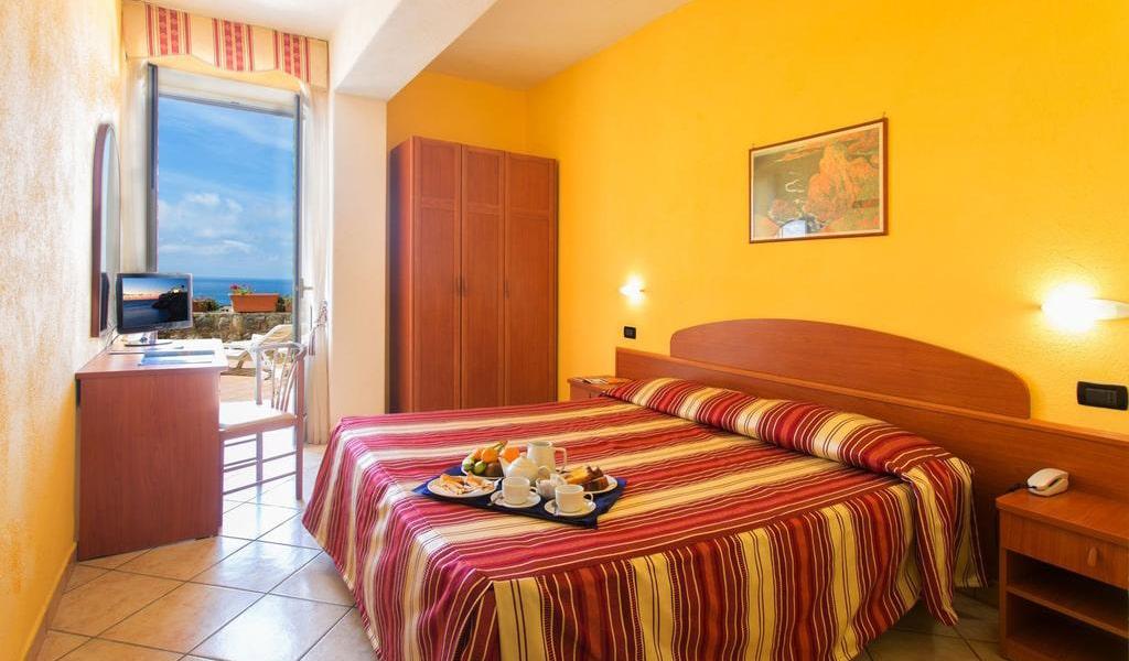 Quadruple Room with Sea View3-min