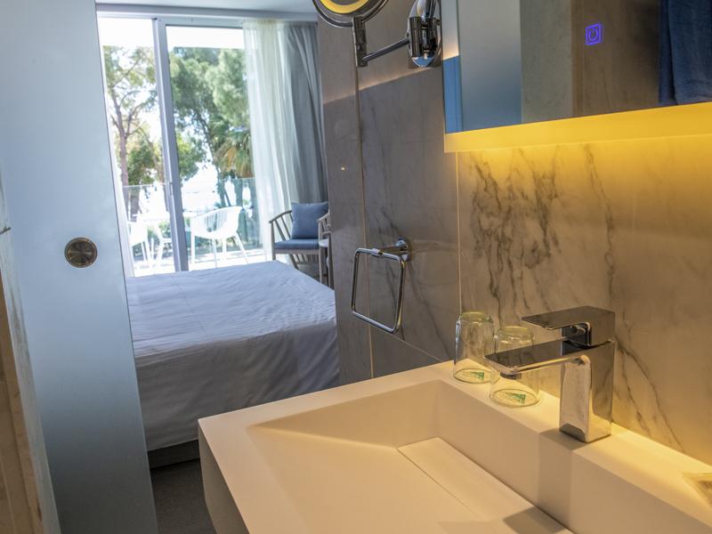 Radisson Blu Hotel Larnaca_0001_toilet1