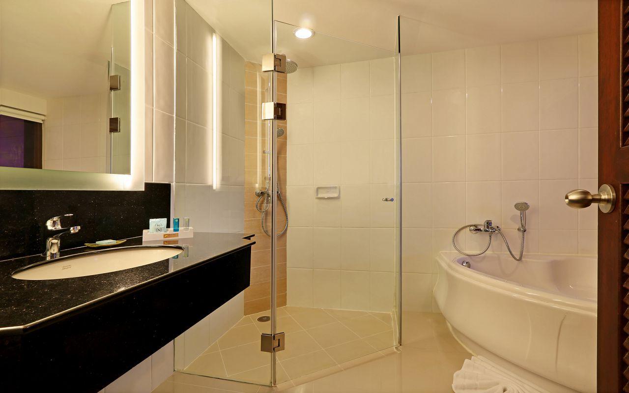 Room Deluxe King KGA Bathroom1