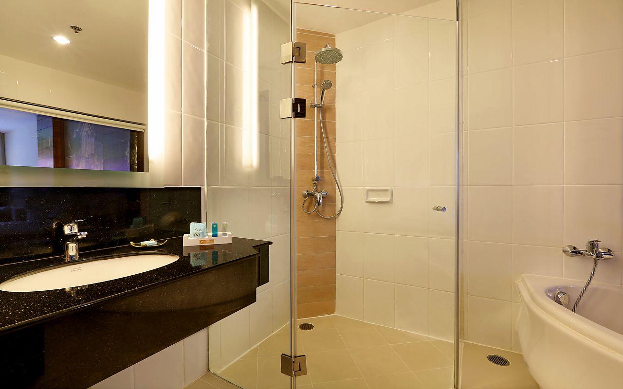 Room Deluxe Pool King KGAPS Bathroom1