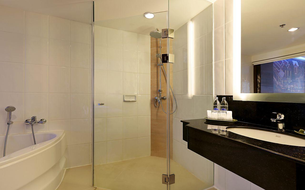 Room Deluxe Twin Beds TWA Bathroom1