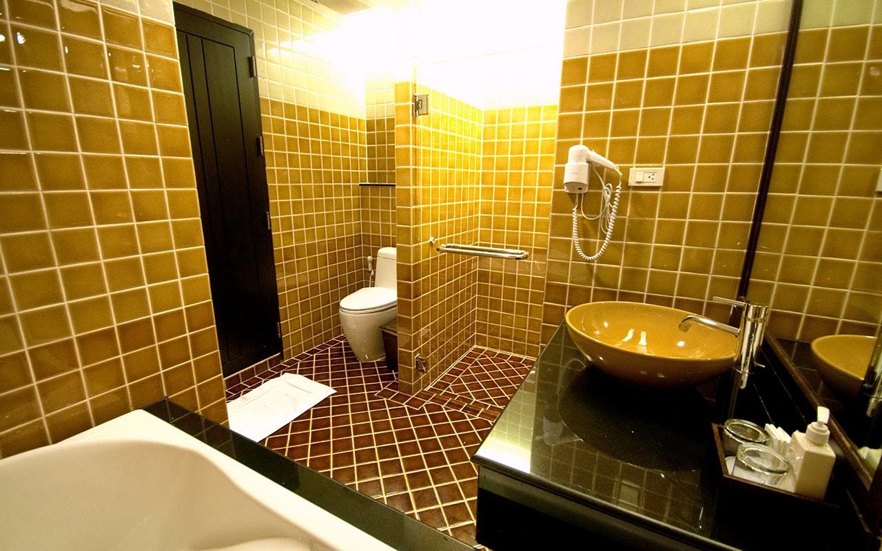 Room Hillside + Polview Deluxe Building Bathroom 01-min