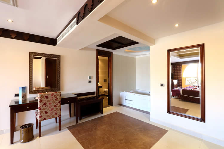 Royal_Suite_bedroom_with_Jacuzzi[4]
