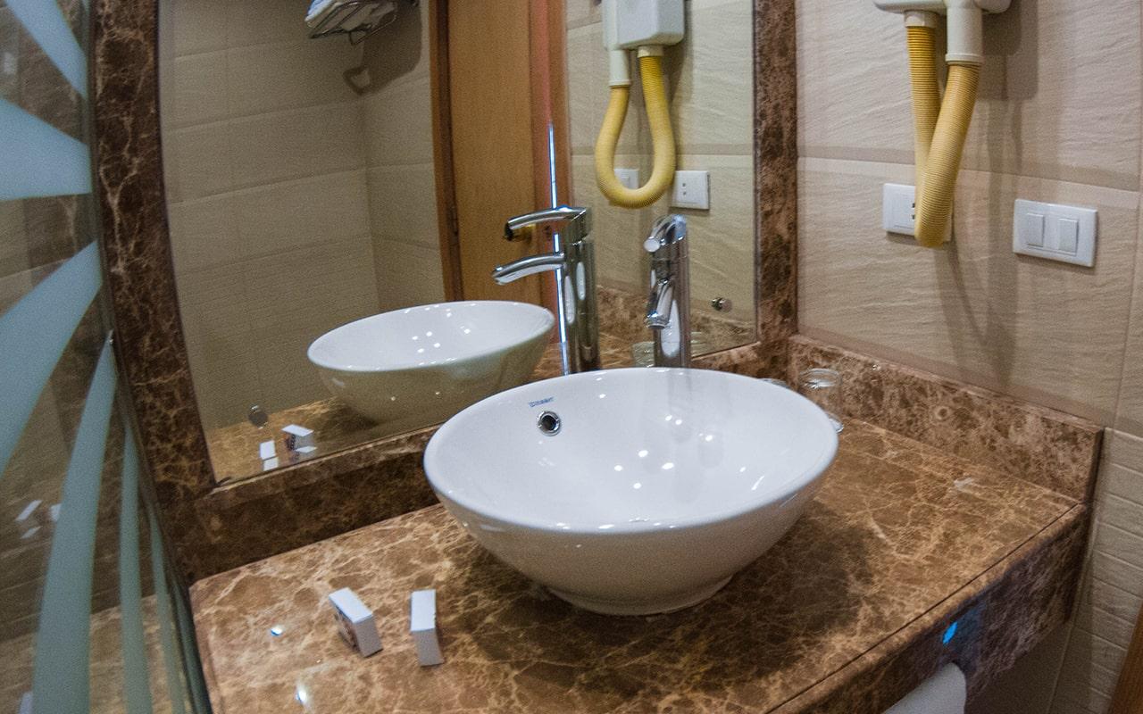 SEA VIEW Room (Bathroom) 2-min