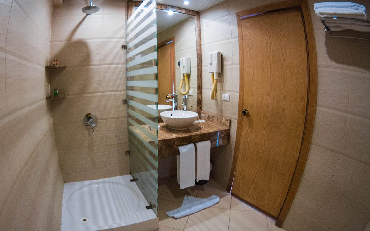 SEA VIEW Room (Bathroom)-min