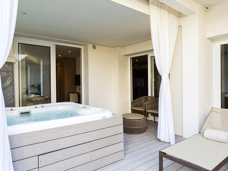 SUITE GARDEN VIEW WITH JACUZZI5