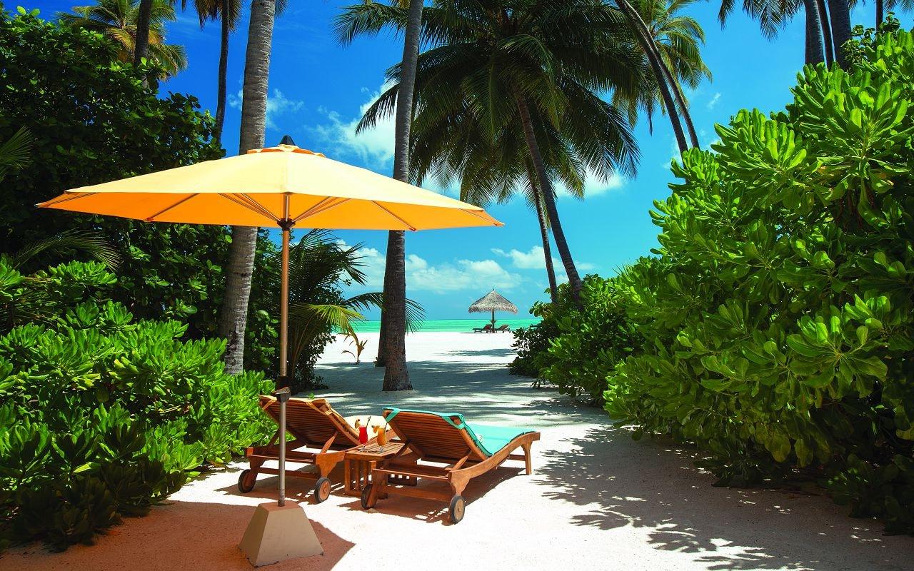 SUNSET BEACH VILLA - EXTERIOR VIEW WITH BEACH HUT - ATMOSPHERE KANIFUSHI MALDIVES-min