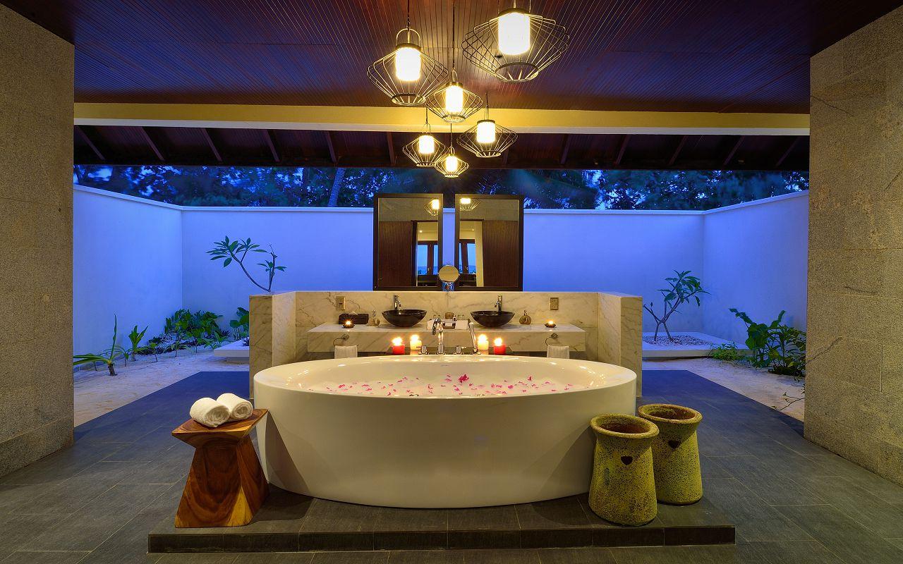 SUNSET POOL VILLA - BATHROOM AND TUB-min