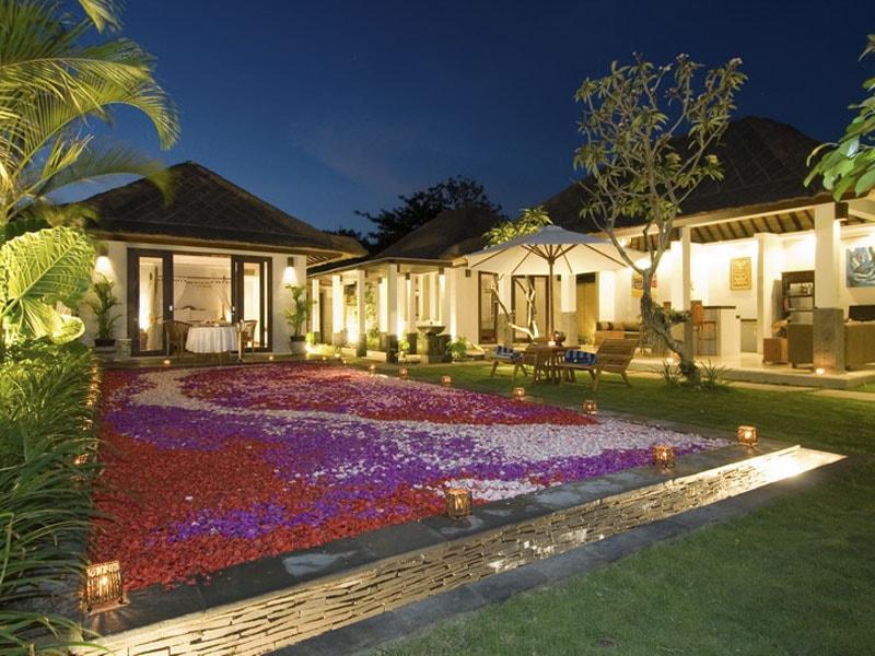 Sekar-Nusa-Villas-pool-at-night-min