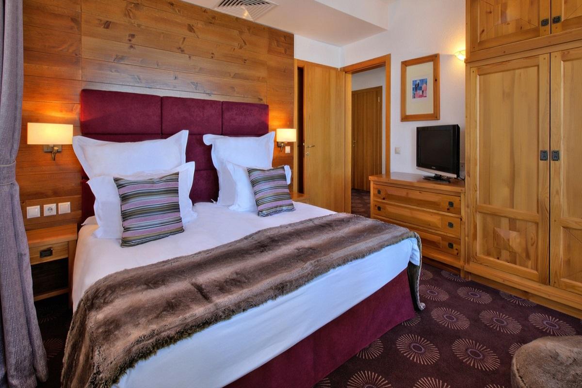 SetHeight800-Alpine-Suite-bedroom-night11206Original5