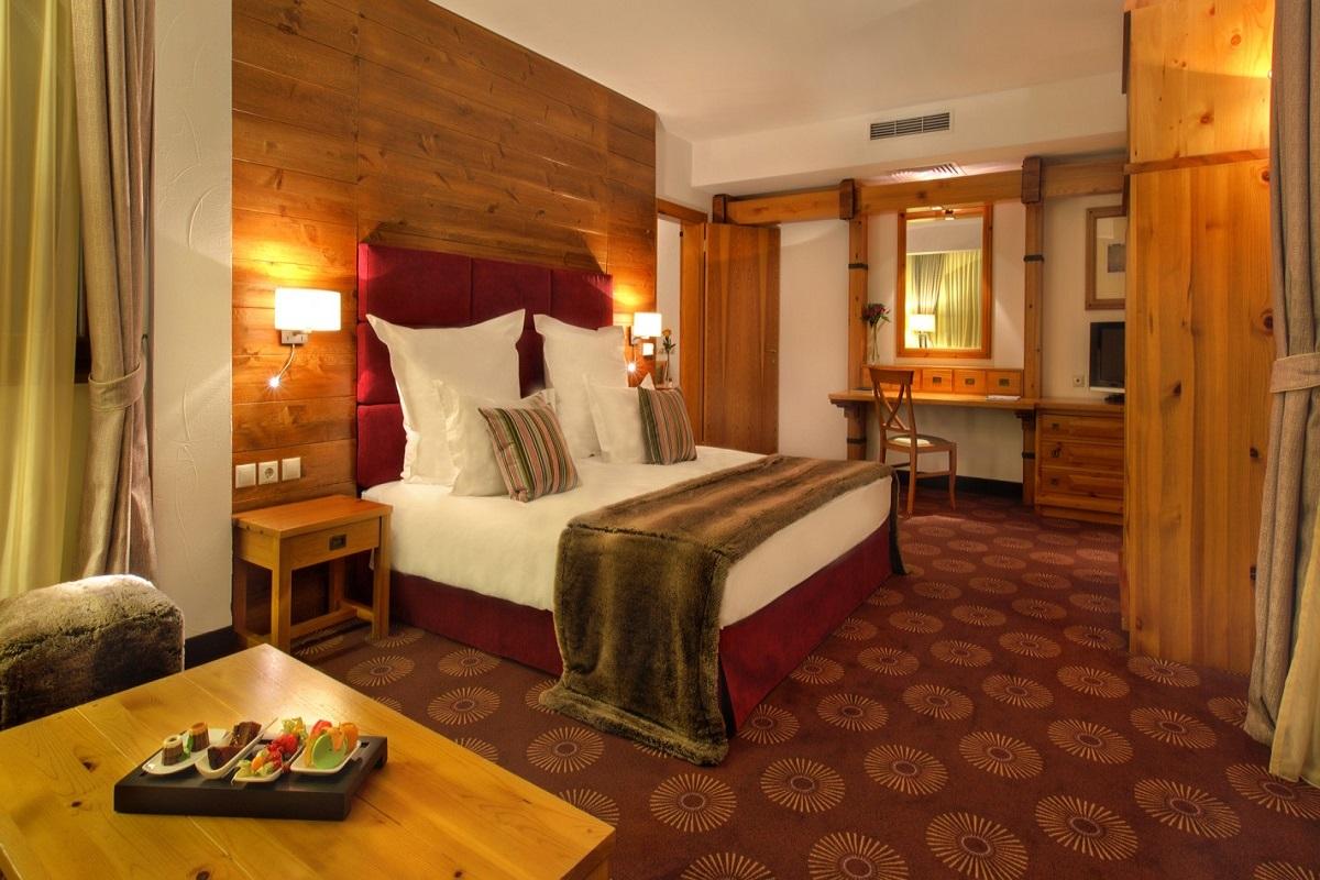 SetHeight800-Deluxe-Suite-bedroom-211165Original4