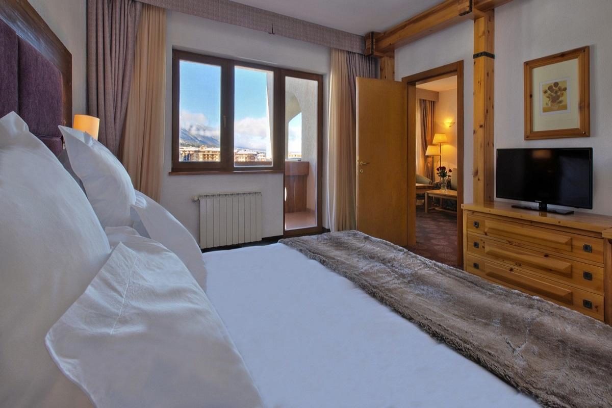 SetHeight800-Deluxe-Suite-bedroom-day-511222Original4
