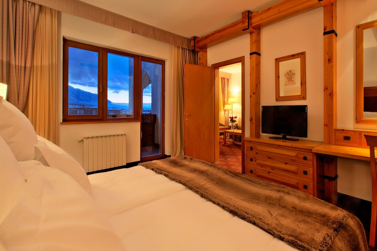 SetHeight800-Deluxe-Suite-bedroom-evening11168Original4