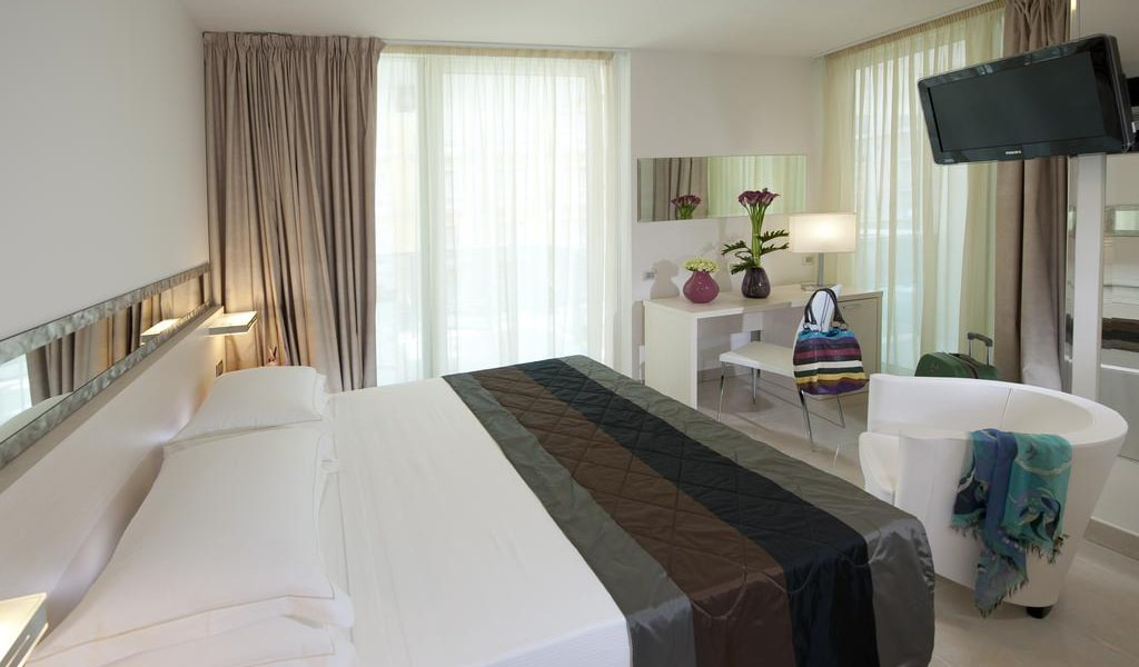 Standard-Room-with-1-Double-Bed,-with-Balcony-min