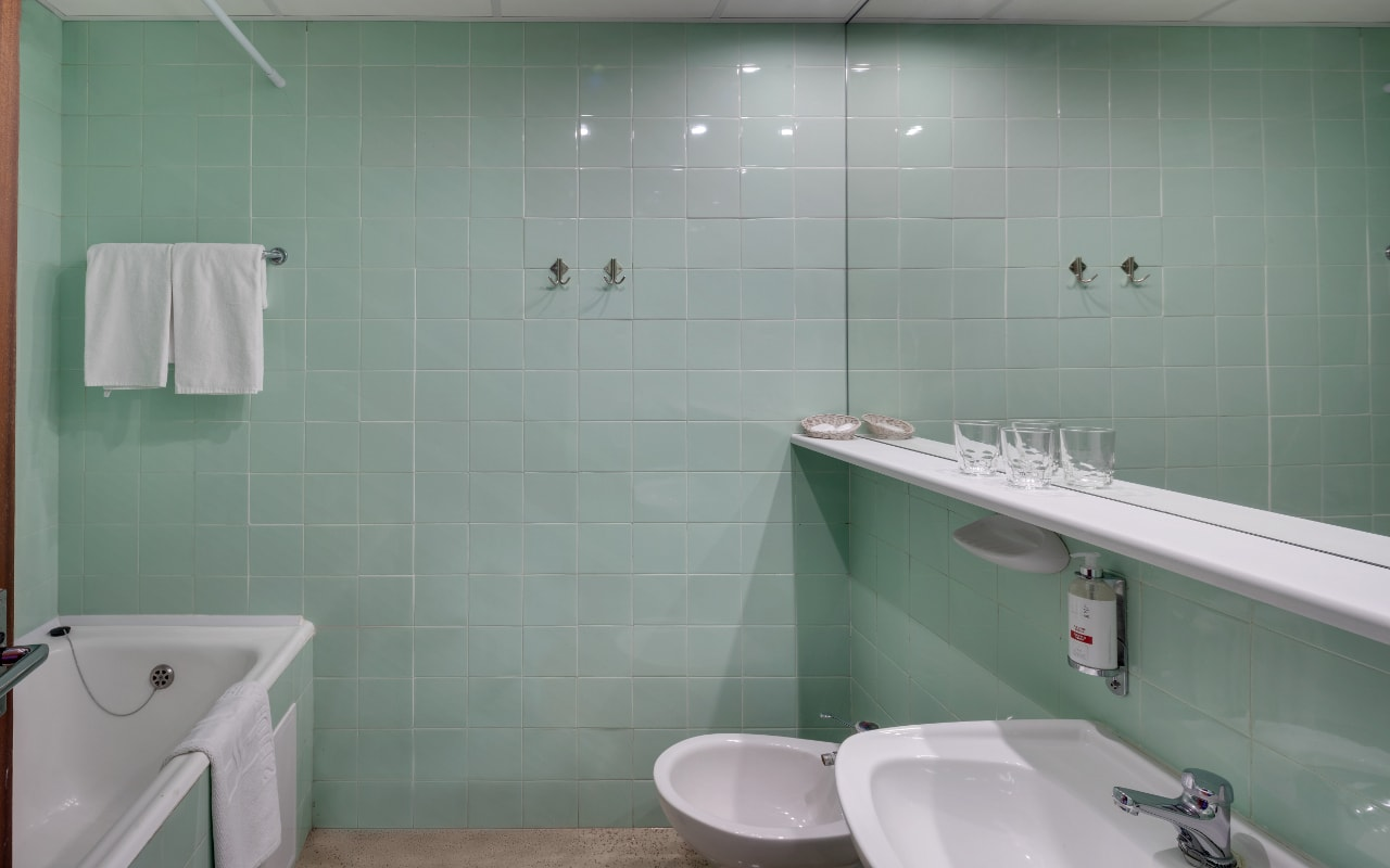 Standard_Grand_Bathroom-min
