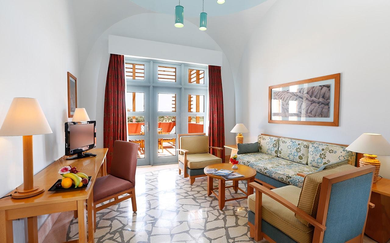 Steigenberger_Golf_Resort_El_Gouna_Junior_Suite_Living-min