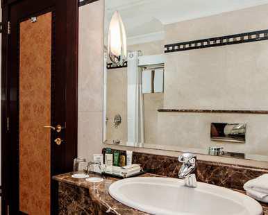 Twin Hilton Guestroom Bathroom