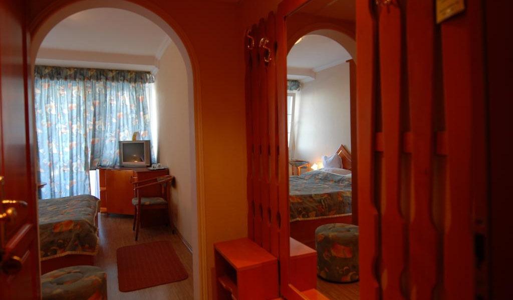 Twin Room 2-min