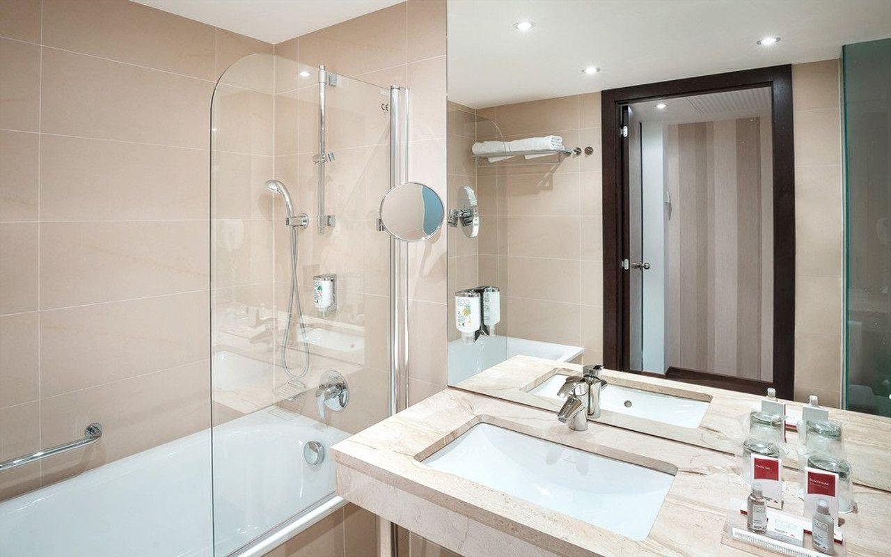 bathroom-executive4_e6a6826_gradweb