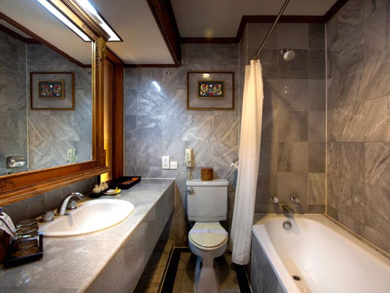 deluxe-room-bathroom-at-ramayana-hotel-bali