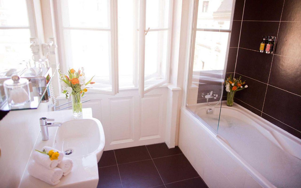 hotel-klarov-superior-room-bathromm