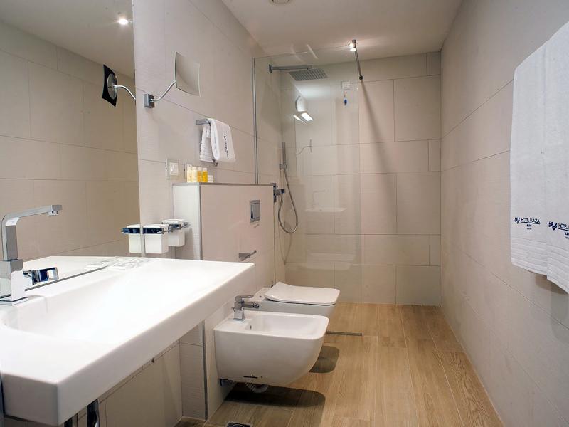 hotel-plaza-bathroom-deluxe