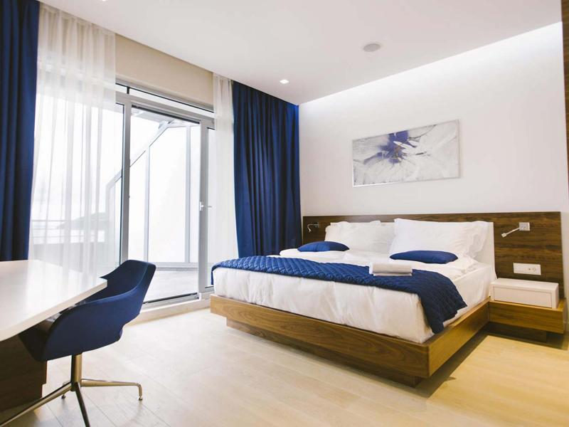 hotel-plaza-suite-deluxe-bed