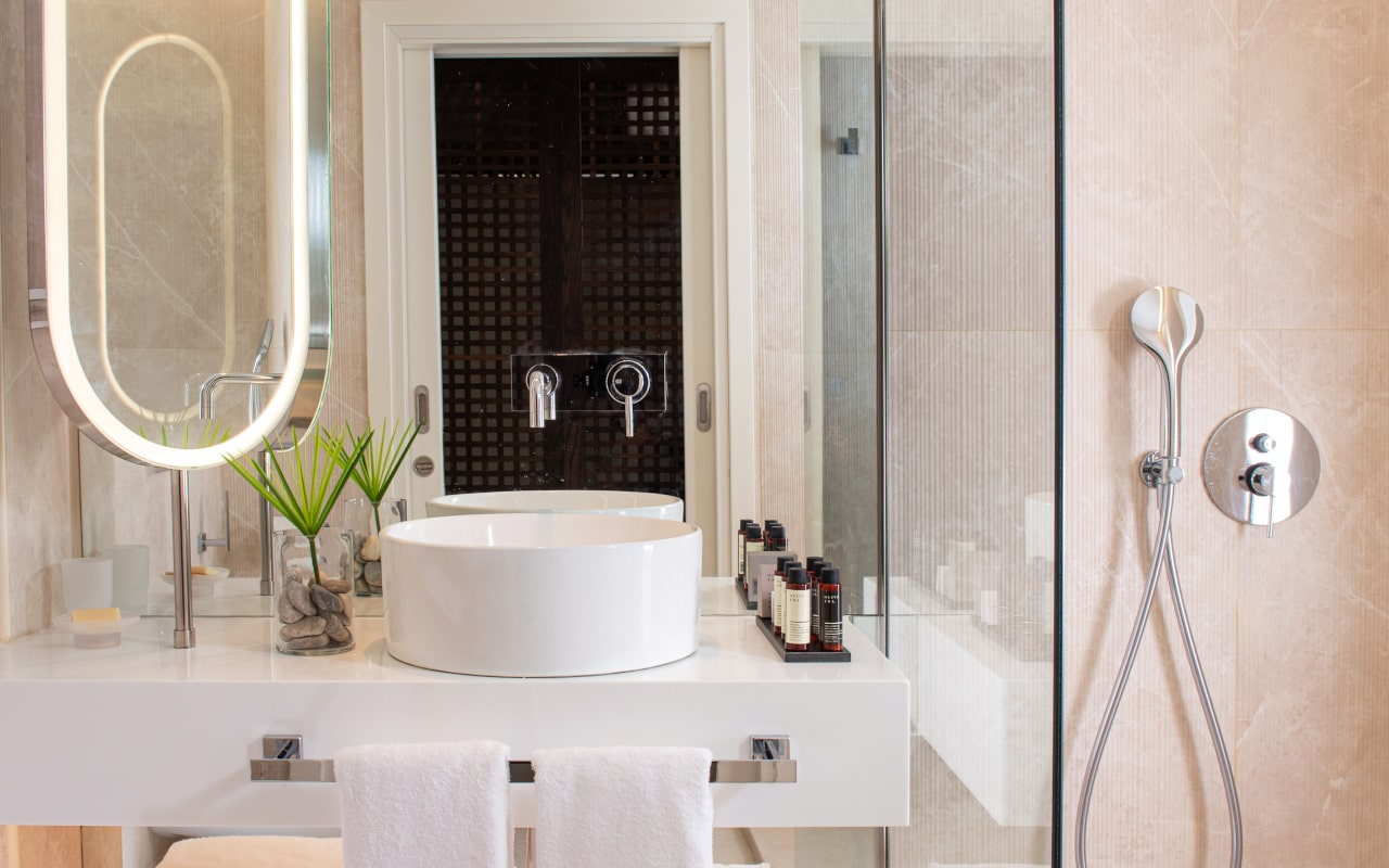 mitsis_crete_rinela_superior rooms_bathroom-min
