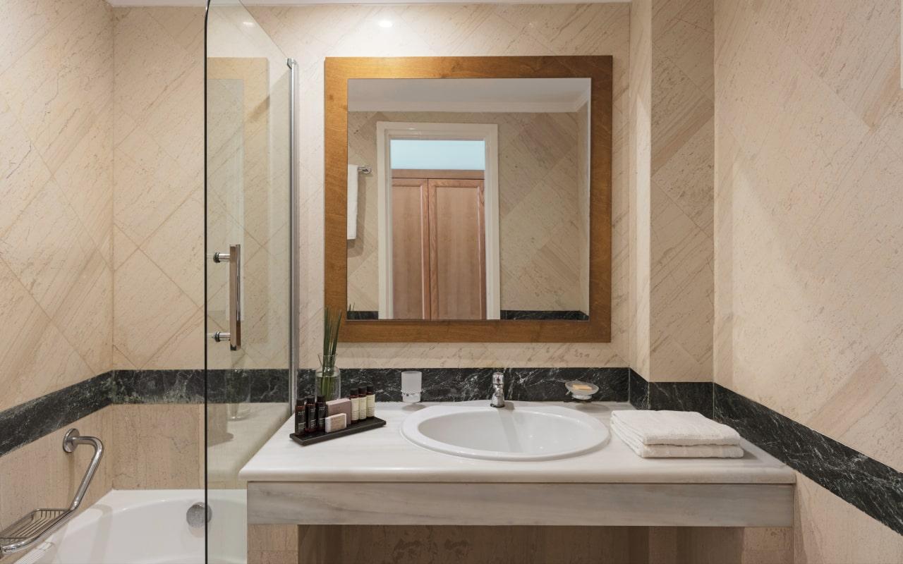 mitsis_crete_rinela_twingardenview_room_bathroom-min