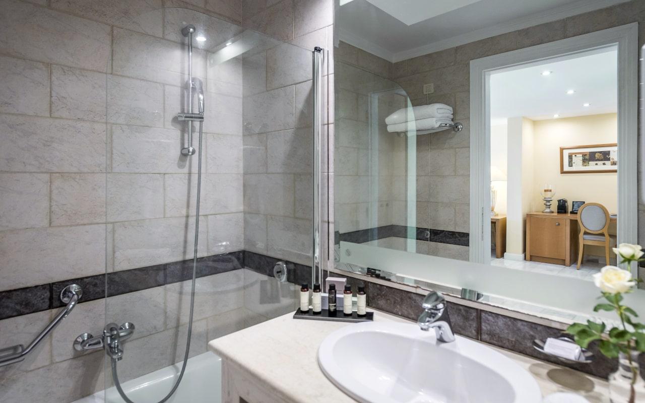 mitsis_rhodes_lindosmemories_suite_seaview_bathroom_9969-min