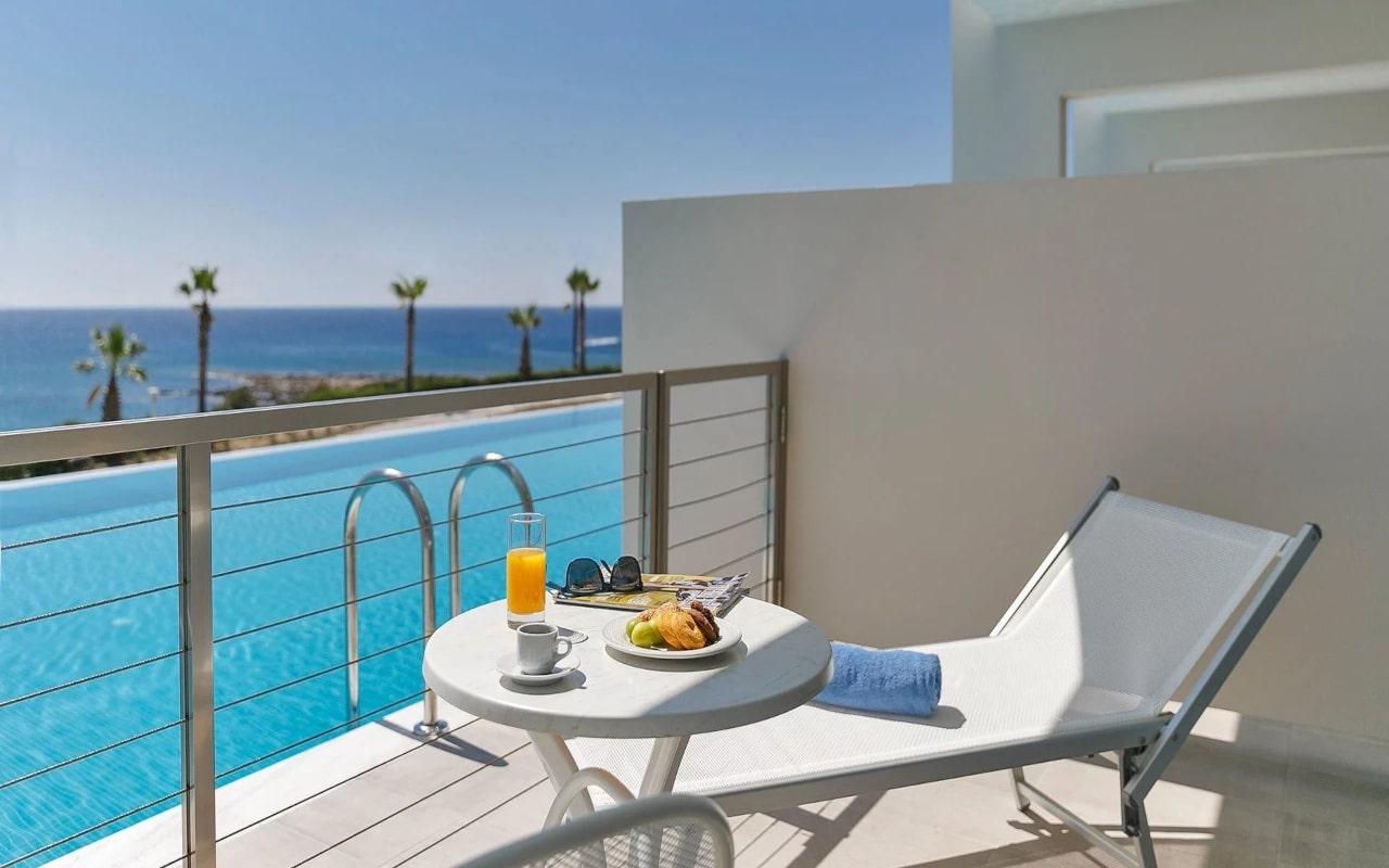 1_executive-family-sharing-pool-terrace-2-1920x1080-min