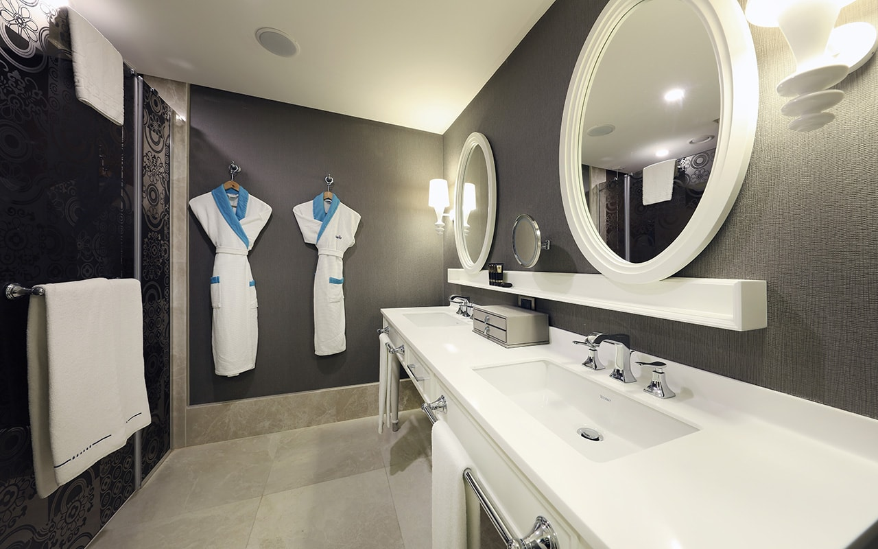 Deluxe Room Bathroom-min
