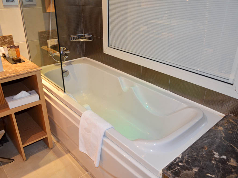 Family Jacuzzi Room (8)