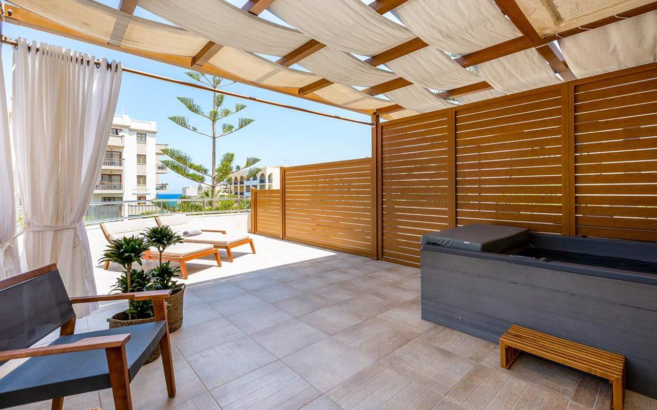 Premium-Suite-Outdoor-Jacuzzi-3