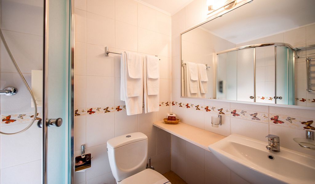 Standard-twin_bathroom-1