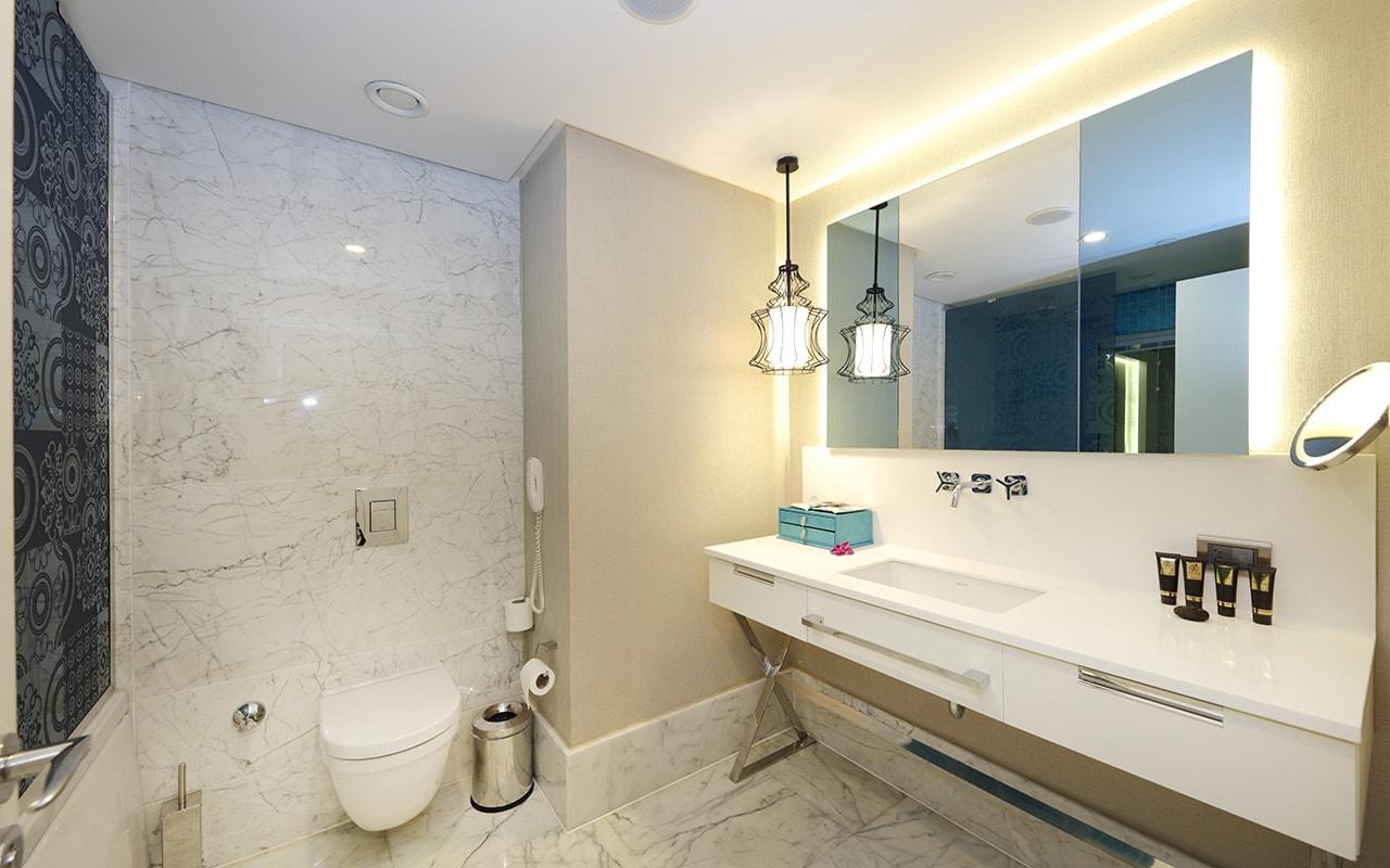 Superior Sueno Suite Bathroom (1)-min