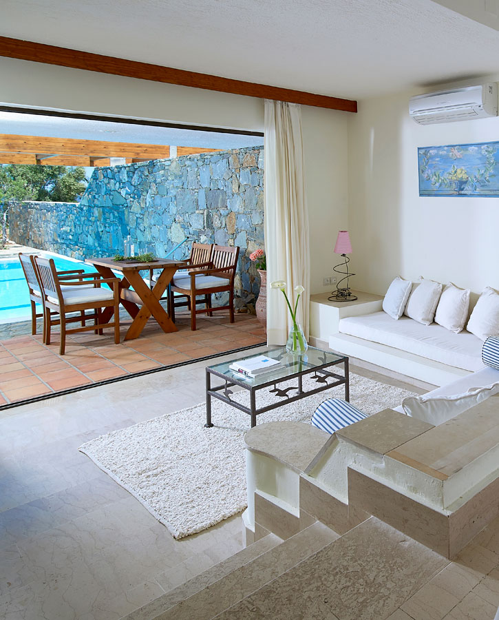 classic_family_suite_2_bedrooms_private_pool_left
