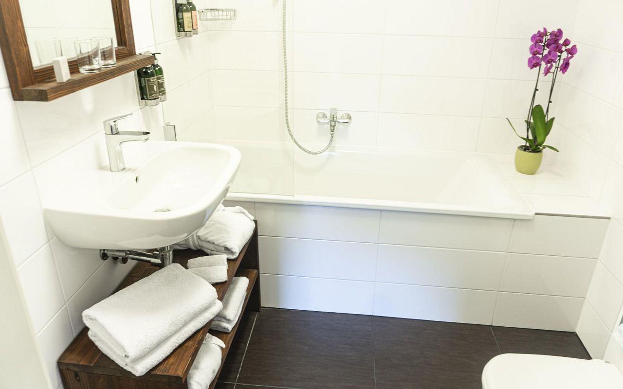 deluxe-room-hotel-golden-key-prague-bathroom-3