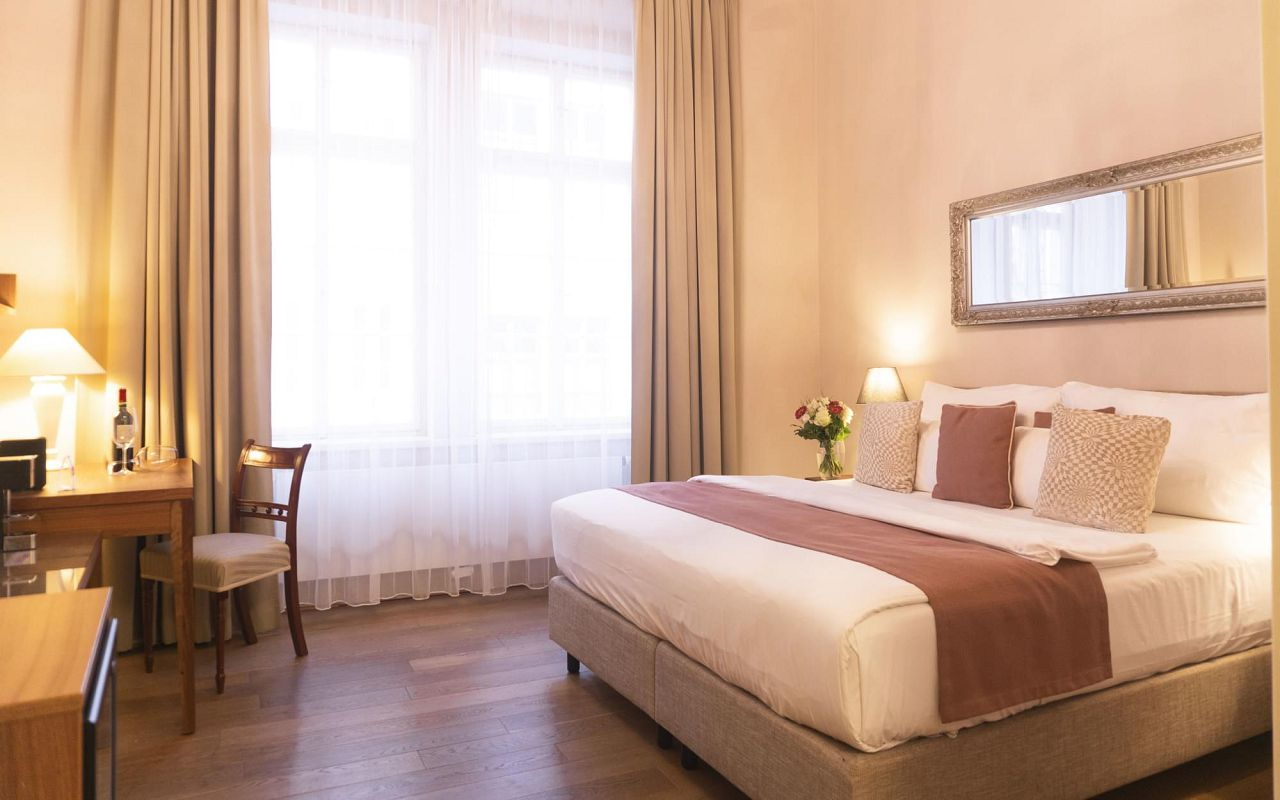 deluxe-room-hotel-golden-key-prague-pict-1